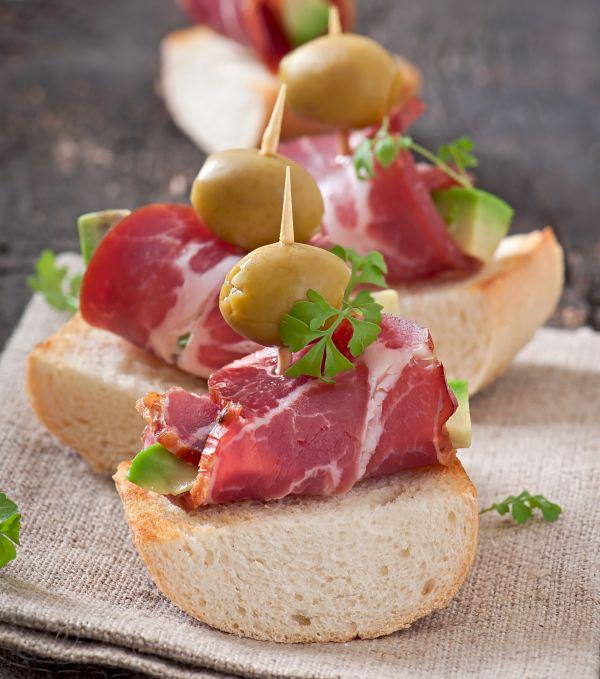 Jednohubky s prosciuttom, avokádom a olivami |