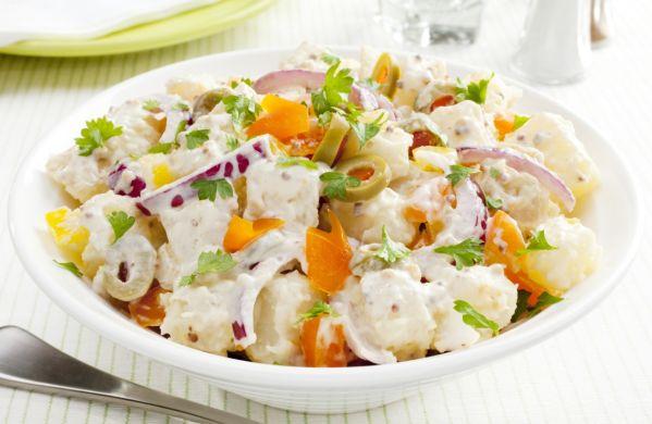 Lahodný zemiakový šalát s bielym jogurtom |