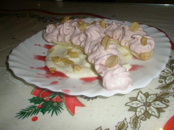 Banány s jahodovou šlahačkou |