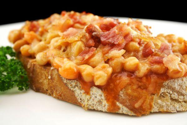 Zapečený chlieb s fazuľou a slaninou |
