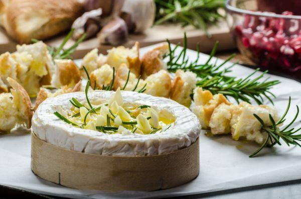 Camembert pečený s cesnakom a rozmarínom |