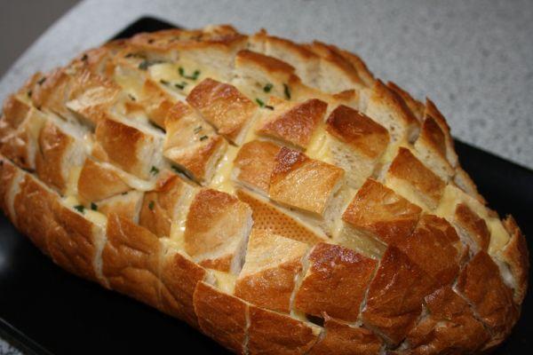 Syrovo-maslovo-pažítkový pečený chlebík |