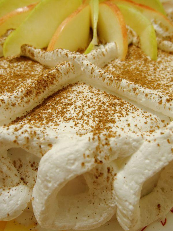 Jablková torta so šľahačkou |