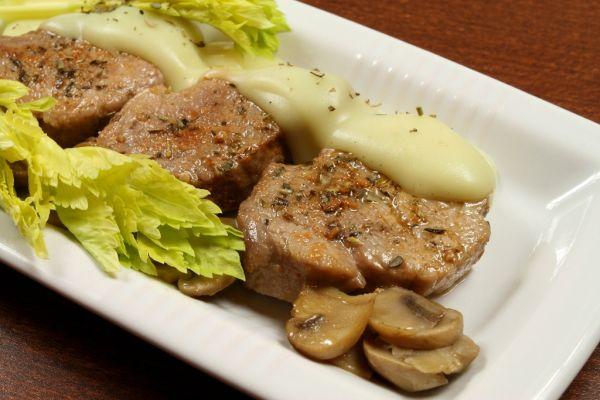 Dusené bravčové mäso na rasci |