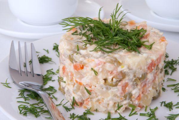 Zemiakový šalát so zeleninou a majonézou |