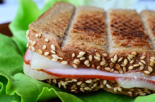 Zdravý celozrnný toast so šunkou a syrom |