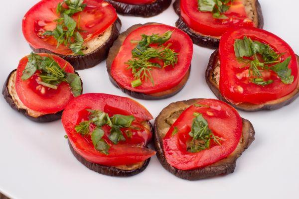 Grilovaný baklažán s paradajkou |