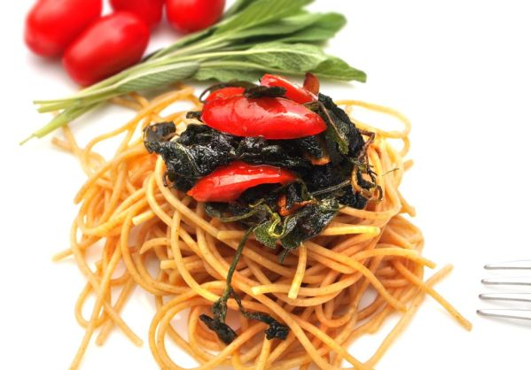 Špagety s chrumkavými lístkami šalvie, cesnakom a paradajkami ...