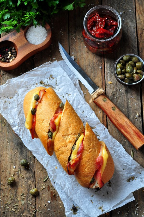 Zapečené bagety so syrom, slaninou, sušenými paradajkami a kapary