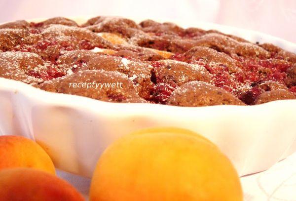 Kakaový koláč s marhuľami a ríbezľami |