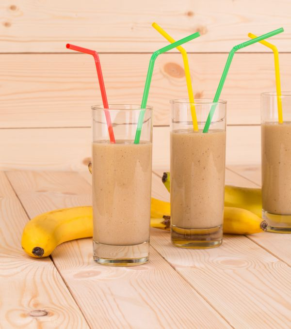 Banánové smoothie s čokoládovým proteínom a ovocím |