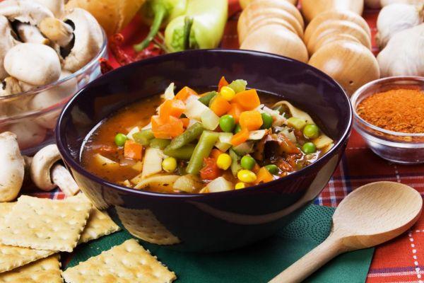 Pestrá zeleninová polievka s kukuricou |
