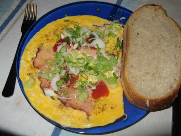 Omeleta s údeným mäsom a jarnou cibuľkou ...
