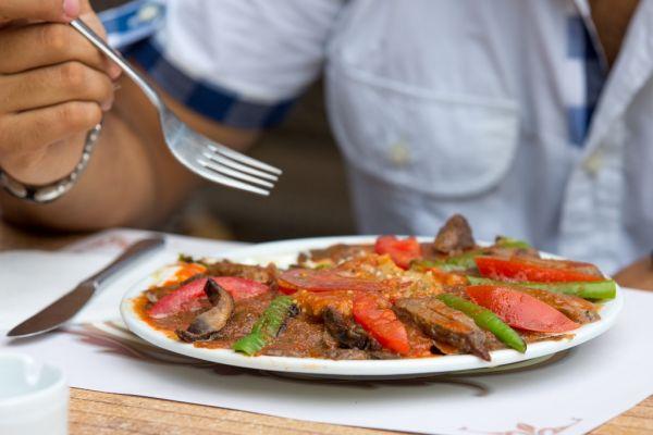 Hovädzie mäso so zelenou paprikou a rajčiakmi |