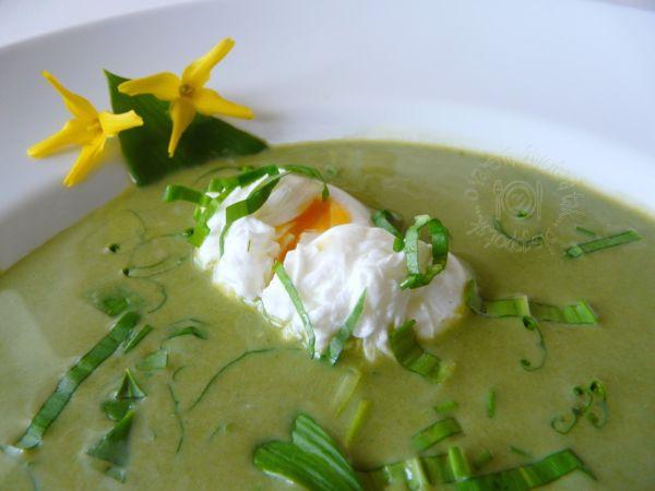 Zelená polievka s vajíčkom v batôžku |