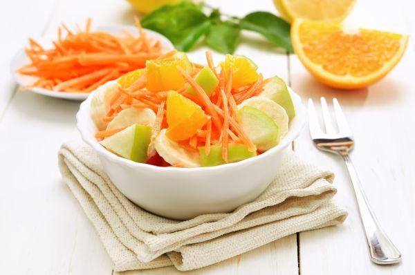 Mrkvový šalát s jablkami a pomarančovou šťavou |