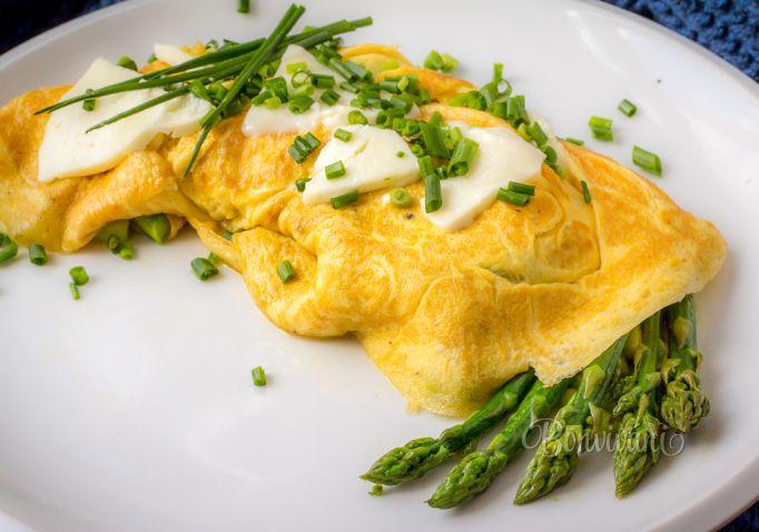 Omeleta so špargľou a ovčím syrom