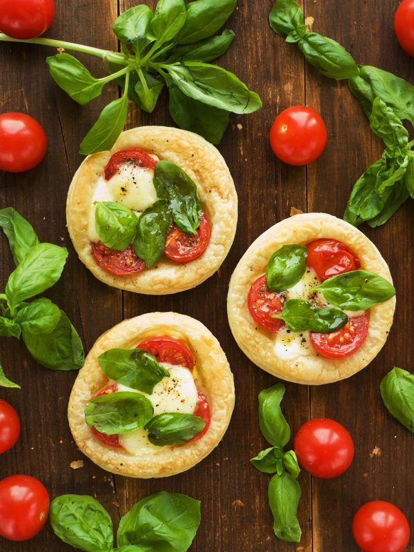 Koláčiky s mozzarellou a paradajkami |