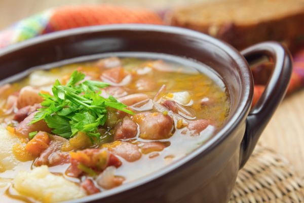 Fazuľová polievka s údeným rebierkom |