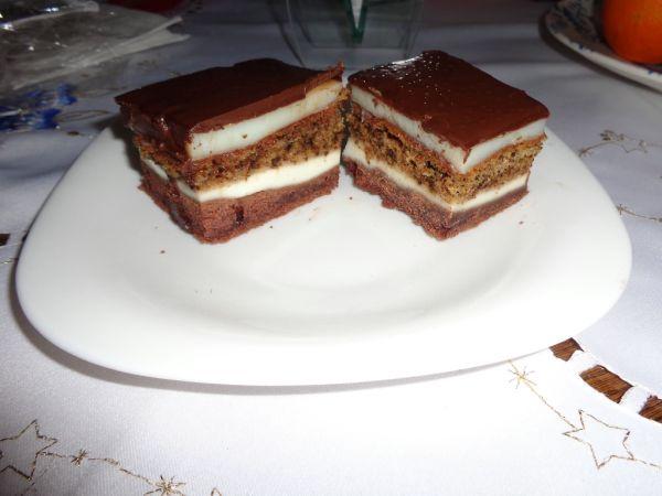 Pudingový koláč s tvarohom a orechami |