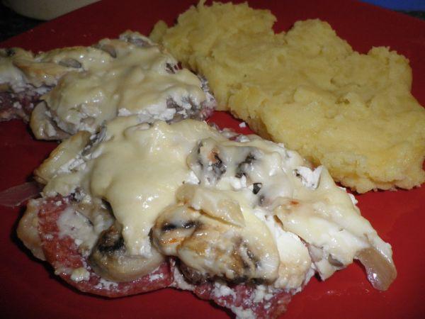 Zapekané mäso so salámou a šampiňónmi |
