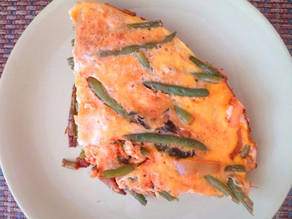 Omeleta so zelenými fazuľkami a lečom |