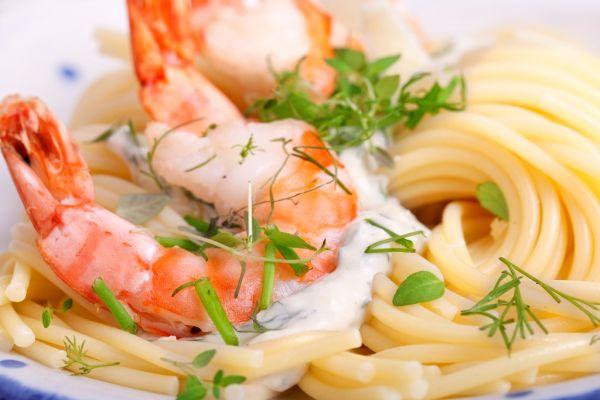 Špagety s krevetami a žltou paprikou |