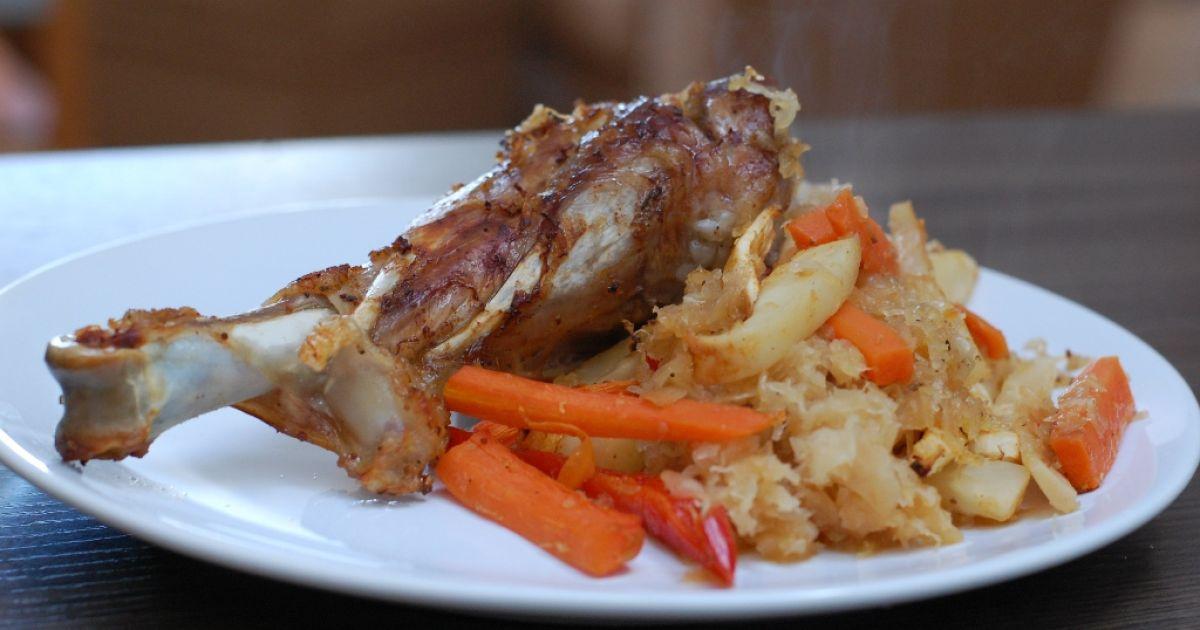 Morčacie stehno s kapustou a zeleninovými hranolkami ...
