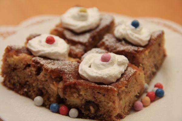 Výborný jablkový koláč s orechami a čokoládou |