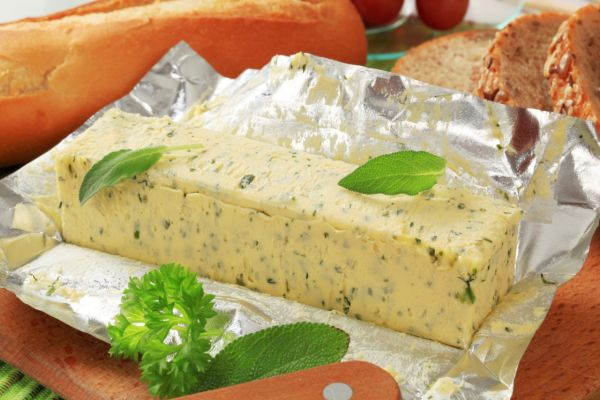 Bylinkové maslo používané v teplej kuchyni |