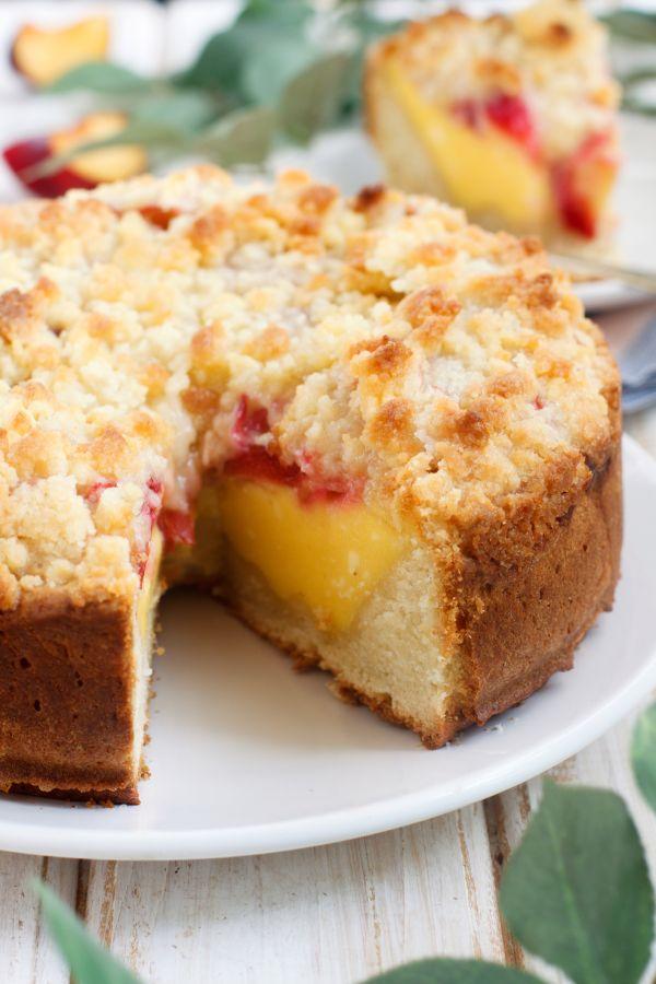 Kysnutý koláč s vanilkovým pudingom a slivkami |
