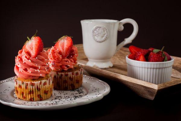 Citrónovo-makové cupcakes s jahodovým krémom plnené domácou ...