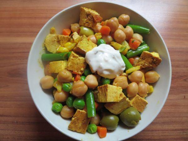 Cícerovo-olivový šalát s tofu |