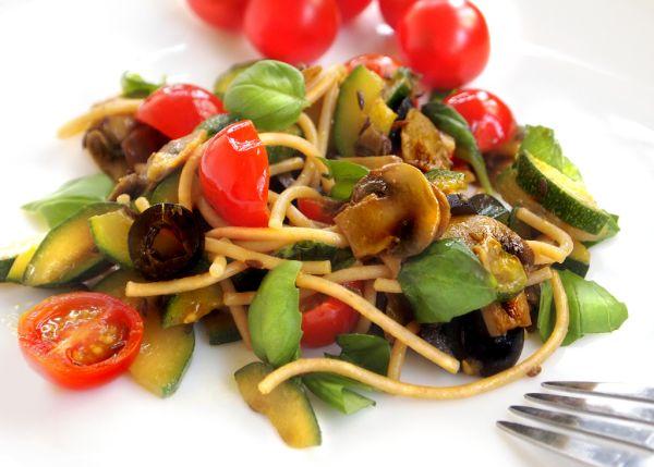 Špagety se zeleninou, žampiony a čerstvou bazalkou |