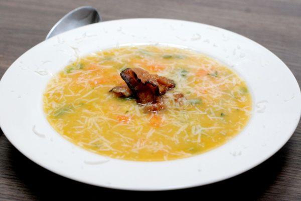 Hrachovo-mrkvová polievka so slaninkou |