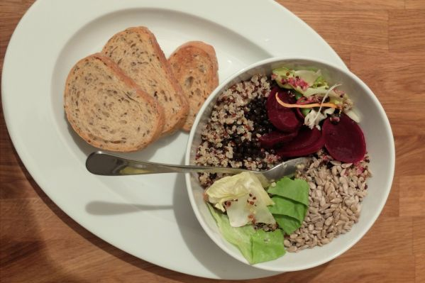 Quinoa šalát s cviklou a belugou |