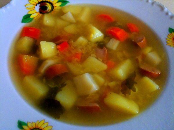 Šošovicová polievka s párkami |