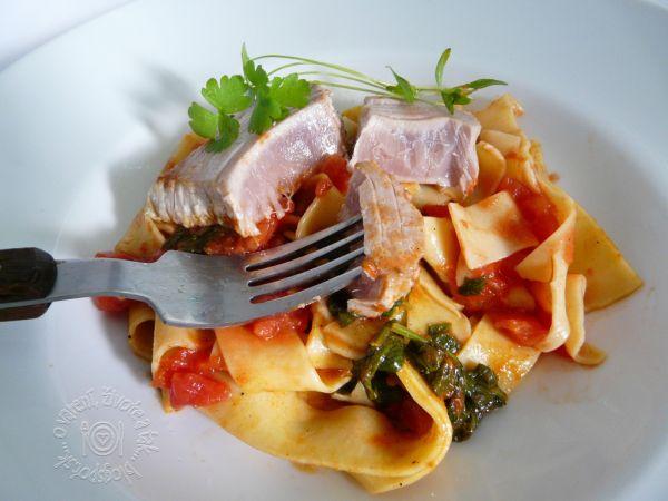 Steak z tuniaka so špenátom a rezancami |