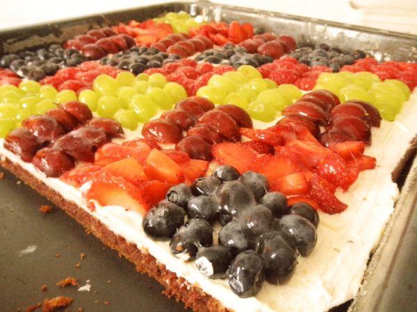 Cuketový koláč s drobným ovocím a krémom  