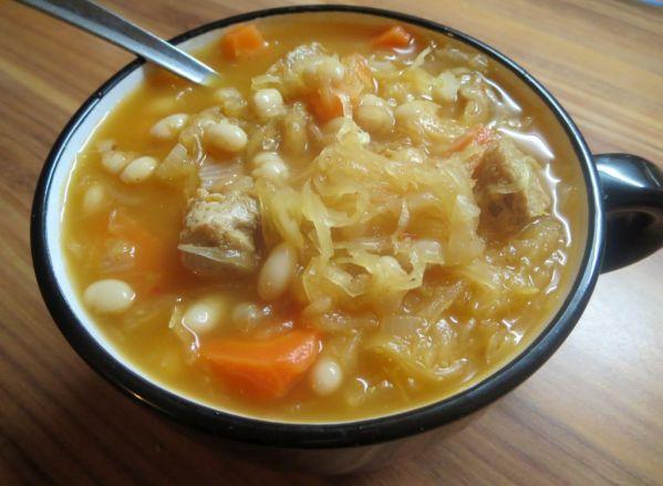 Kyslá kapustovo-fazuľová polievka so sójovým mäsom ...