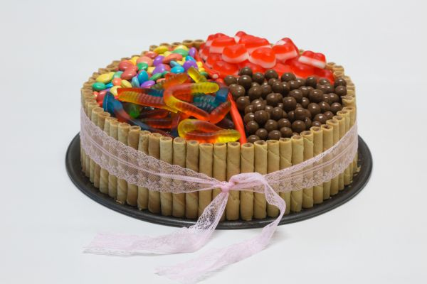 Čokoládová torta s trubičkami a cukríkmi  