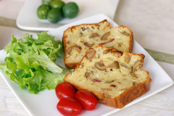 Slaný koláč s olivami a slaninou |