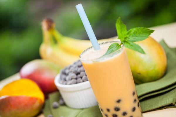 Krémové smoothie s mangom, banánom a čučoriedkami ...