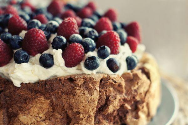 Pavlova torta s čokoládou a ovocím |