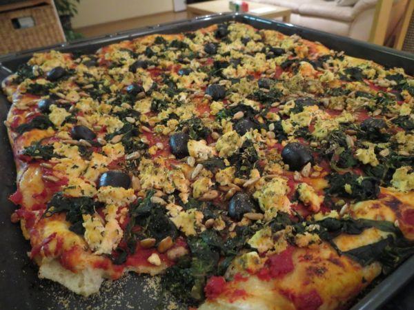 Špenátová pizza s čiernymi olivami a tofu |