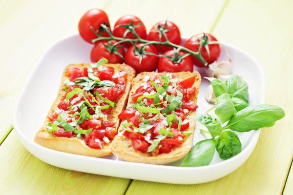 Talianska bruschetta s paradajkami a bazalkou |