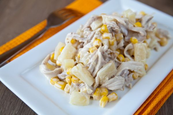 Kurací šalát s ananásom a kukuricou |