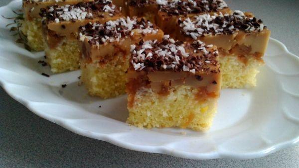 Hrnčekový kokosový koláčik s karamelovým pudingom |