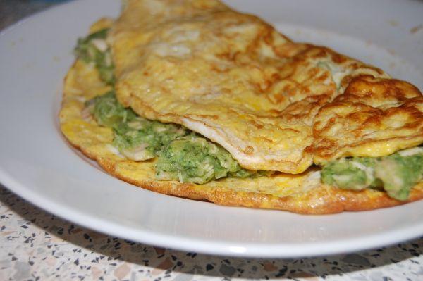 Omeleta plnená brokolicou a kuracím mäsom |