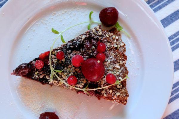 Čokoládový vegan koláč z cíceru so šťavnatým ovocím |